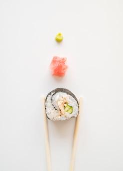 Aufgereihte sushirolle mit gewürzen