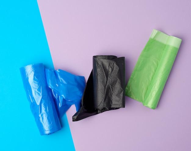 Aufgerollte brötchen mit plastikmüllsäcken