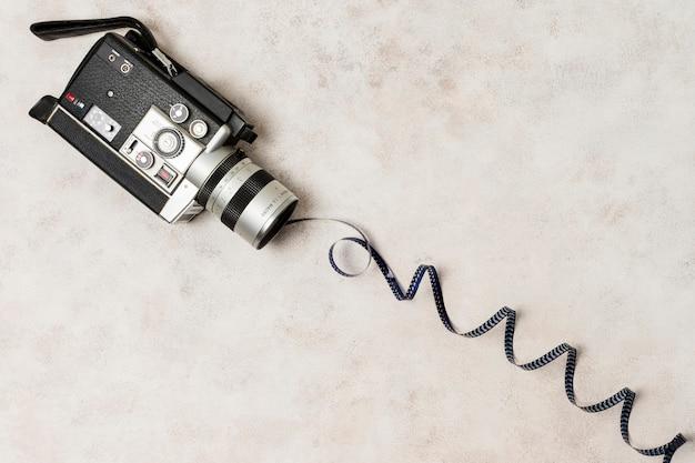 Aufgerollter filmstreifen vom camcorder über dem konkreten hintergrund