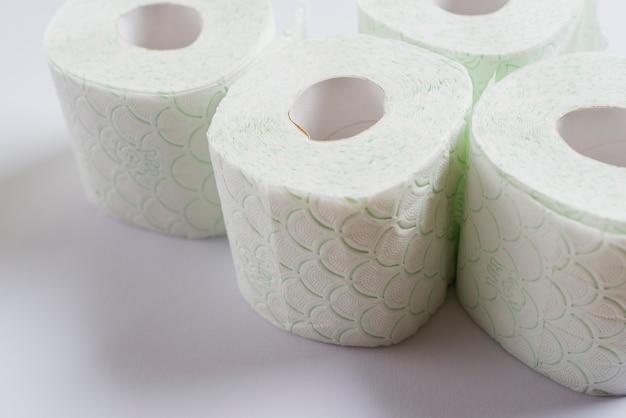 Aufgerolltes toilettenpapier getrennt auf weißem hintergrund
