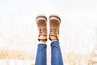 Aufgewachsene Herbst bekleidete Beine