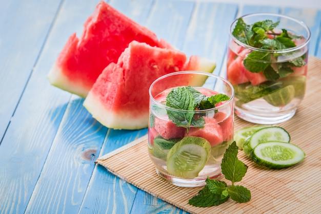 Aufgossene wassermischung aus gurke, wassermelone und minzblatt