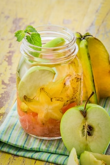 Aufgossene wassermischung aus sternfrucht, grapefruit und apfel