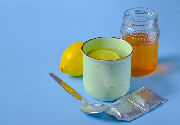 Aufguss, honig, zitrone und pillen – das mittel gegen die symptome von grippe, erkältung oder covid-19