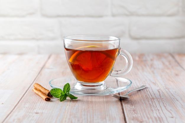 Aufguss von heißem tee mit zitrone und zimt