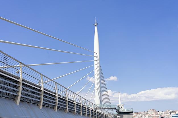 Aufhängungs-u-bahn-zugbrücke in istanbul halic goldenes horn-u-bahnstation mit blauem himmel in der stadt