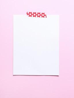 Aufkleber, der papier hält