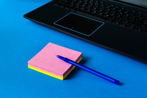 Aufkleber für notizen in der nähe des laptops