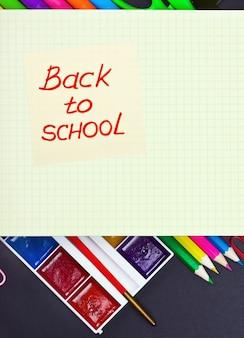 Aufkleber mit den wörtern zurück zu schule und farben