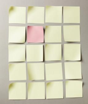 Aufkleberaufkleberabschluß oben auf grauem papierhintergrund