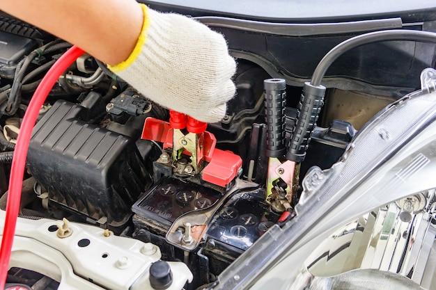 Aufladen autobatterie mit strom durch jumper kabel, rote und schwarze jumper kabel