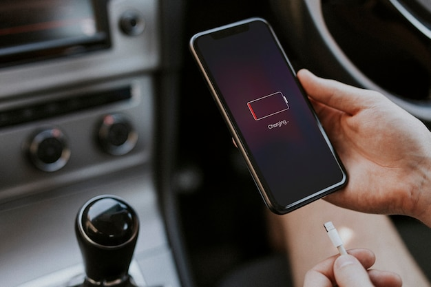 Aufladen des smartphones über kabel im auto