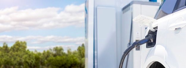 Aufladen von grüner energie für das auto bis zum elektroauto für ein umweltfreundliches technologiekonzept
