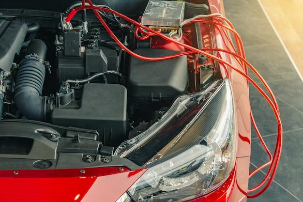 Aufladungsbatterieauto auf undeutlichem hintergrund. metaphor recharge energie