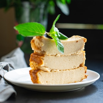 Auflauf hüttenkäse pudding kuh- oder ziegenmilchkuchen auf dem tisch gesundes essen mahlzeit snack