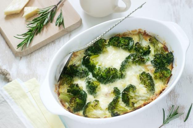 Auflauf mit brokkoli, blumenkohl und käse auf einem licht