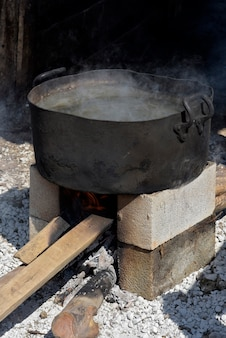 Auflauf mit kochendem wasser, um schweinefleisch zu verbrühen