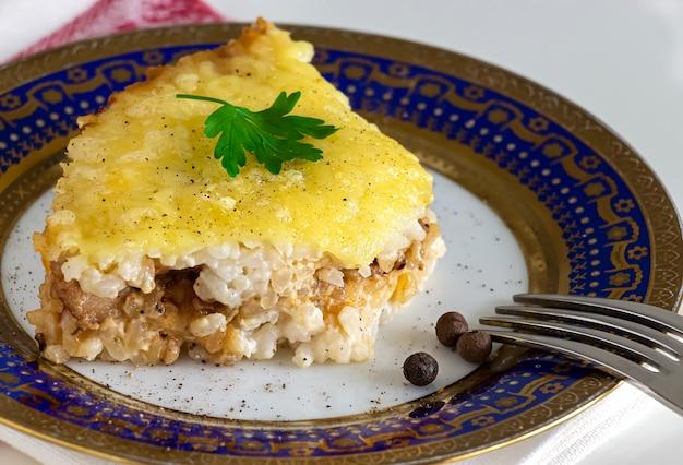 Auflauf oder reis-käse-torte mit hackfleisch. gesundes mittag- oder abendessen.