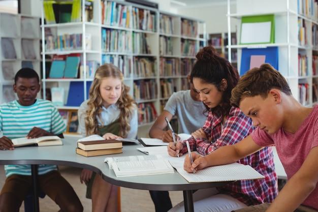 Aufmerksame klassenkameraden, die in der bibliothek studieren