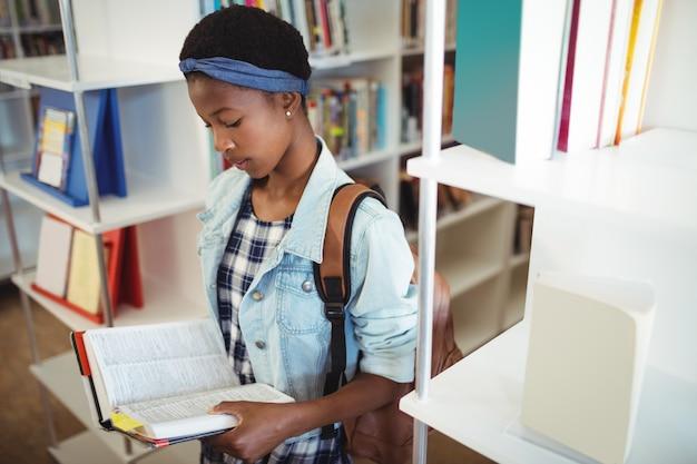 Aufmerksames schulmädchen-lesebuch in der bibliothek