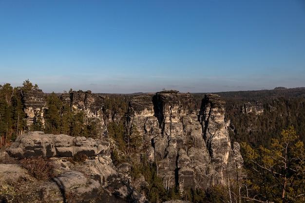Aufnahme der bastei-brücke in deutschland unter einem klaren blauen himmel