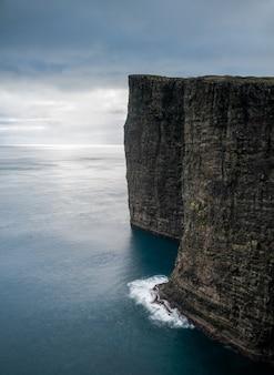 Aufnahme der wunderschönen natur wie der klippen, des meeres und der berge der färöer