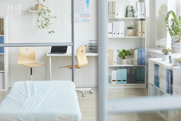 Aufnahme des innenraums der modernen arztpraxis im krankenhaus bei tageslicht