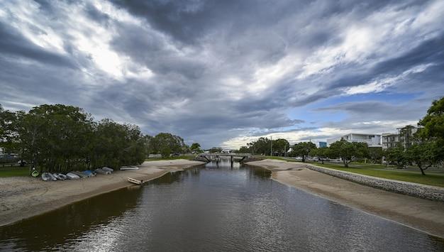 Aufnahme des mooloolaba-flusses in den australischen vororten
