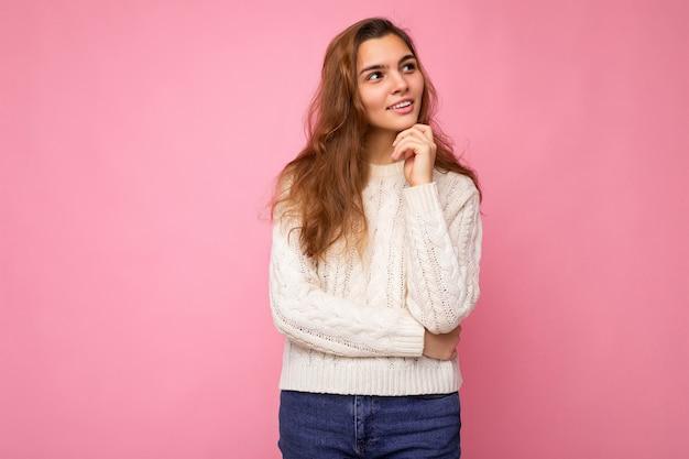 Aufnahme einer jungen attraktiven kaukasischen frau in trendiger freizeitkleidung sexy sorglose weibliche person posiert