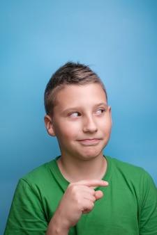 Aufnahme eines emotionalen entzückenden jungen, der den kopf mit der hand bedeckt und müde kopfschmerzen ist, die wahre emotionen zeigen