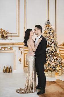 Aufnahme eines jungen glücklichen paares in der liebe, das weihnachtsfeiertage und feierkonzept feiert