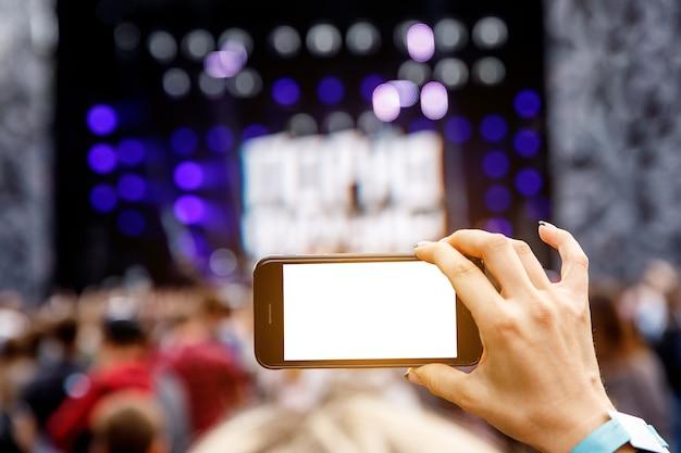 Aufnahme eines musikkonzerts im freien auf einem mobiltelefon. leerer bildschirm