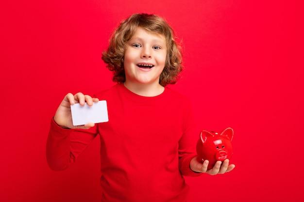 Aufnahme eines positiven, fröhlich lächelnden kleinen jungen mit lockigen blonden haaren mit aufrichtigen emotionen