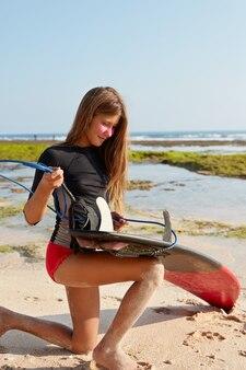 Aufnahme eines schlanken modells mit schlanken beinen, perfekte figur, im badeanzug gekleidet