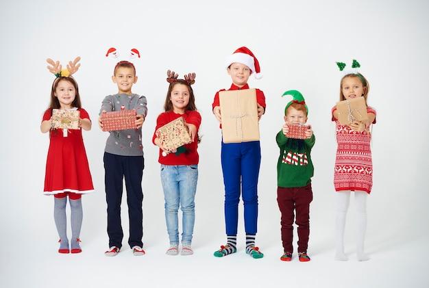 Aufnahme von kindern, die ihr weihnachtsgeschenk zeigen