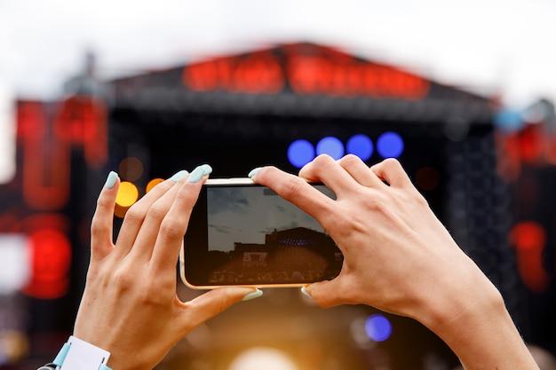 Aufnehmen eines musikkonzerts im freien auf einem mobiltelefon