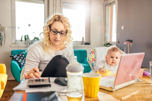 Aufpassende karikatur des kleinen babys am intelligenten telefon