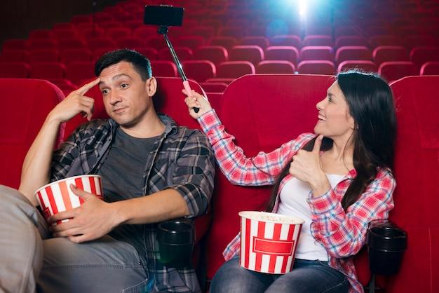 Aufpassender film der jungen paare im kino