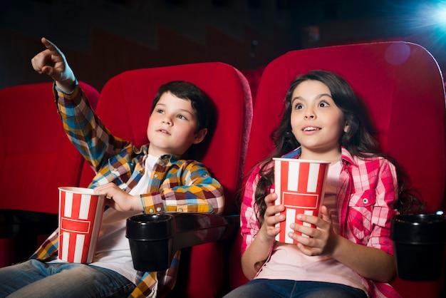 Aufpassender film des jungen und des mädchens im kino