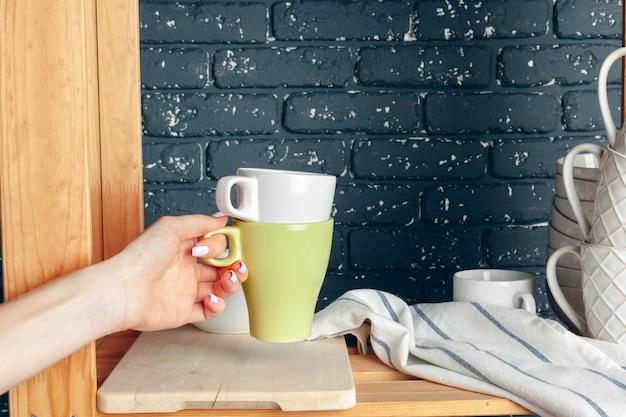 Aufräumen in küche, frau und geschirr