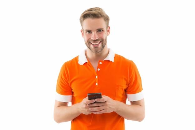 Aufregendes spielen. handy-reparatur. glücklicher gutaussehender mann hält handy. 5g schnelle verbindung. mobiler lebensstil. handy-technologie. technikliebhaber. surfen im internet. anwendung herunterladen. spiel installieren.
