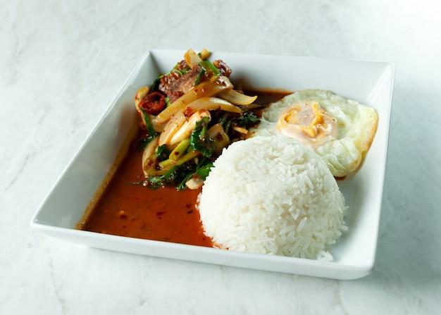 Aufruhr fried crispy pork und chili paste mit reis, thailändisches lebensmittel