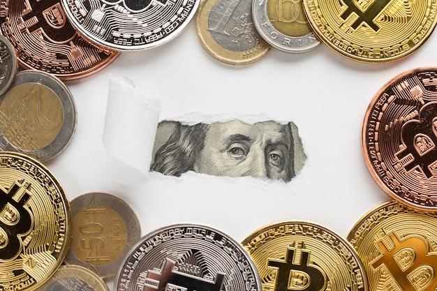 Aufschlussreiche banknote des zerrissenen papiers mit bitcoin
