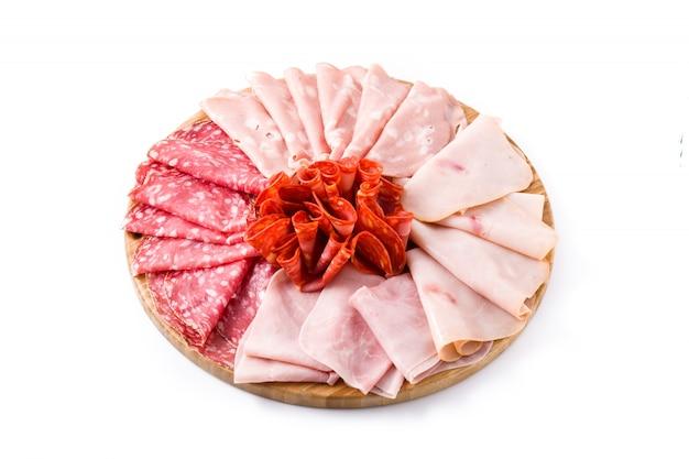 Aufschnitt auf dem ausschnittvorstand getrennt auf weißem schinken, salami, wurst mortadella und truthahn
