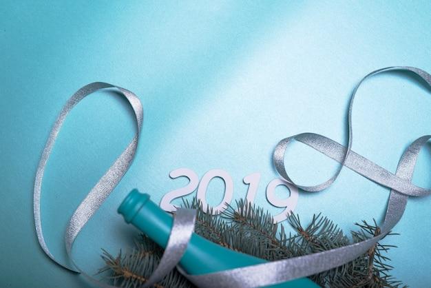 Aufschrift 2019 mit blauer flasche und band auf tabelle