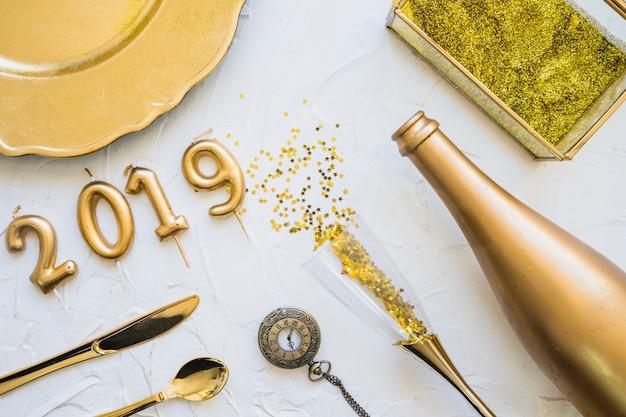 Aufschrift 2019 von den kerzen mit flasche auf tabelle