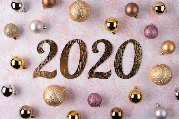 Aufschrift 2020 des neuen jahres mit weihnachtsbällen