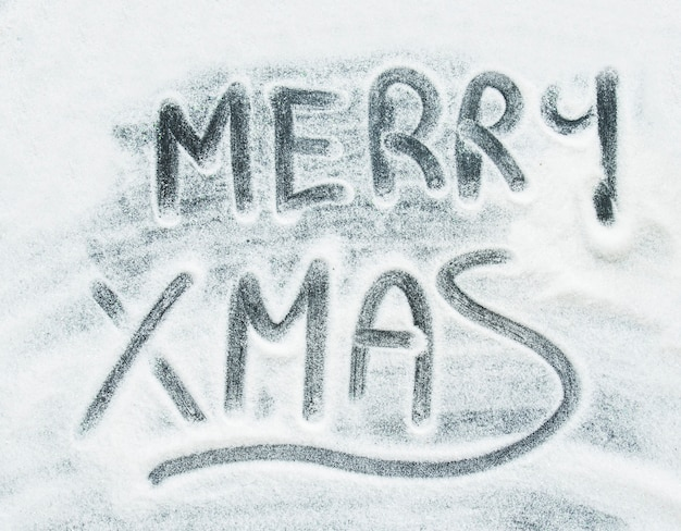 Aufschrift der frohen weihnachten zwischen dekorativem schnee