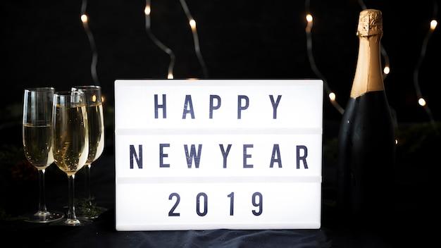 Aufschrift des guten rutsch ins neue jahr 2019 auf weißem brett