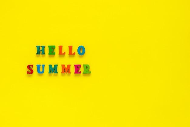Aufschrift hallo sommer von den bunten buchstaben auf gelbem hintergrund